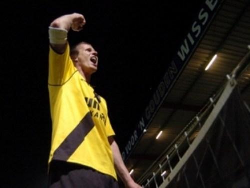 Tamas Peto in de hekken in Oss nadat NAC zich gehandhaafd heeft (2006)